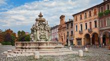 """Cesena, vandali """"decapitano"""" statua in pieno centro"""