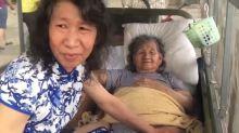 Para alegrar a mãe, homem se veste há 20 anos como a irmã falecida