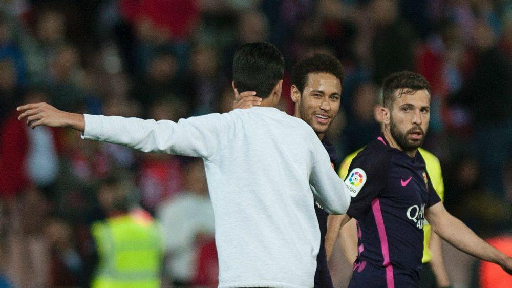 Un aficionado saltó al terreno de juego para abrazar a Neymar