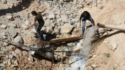Russian and Syrian jets bomb Aleppo camp retaken by rebels