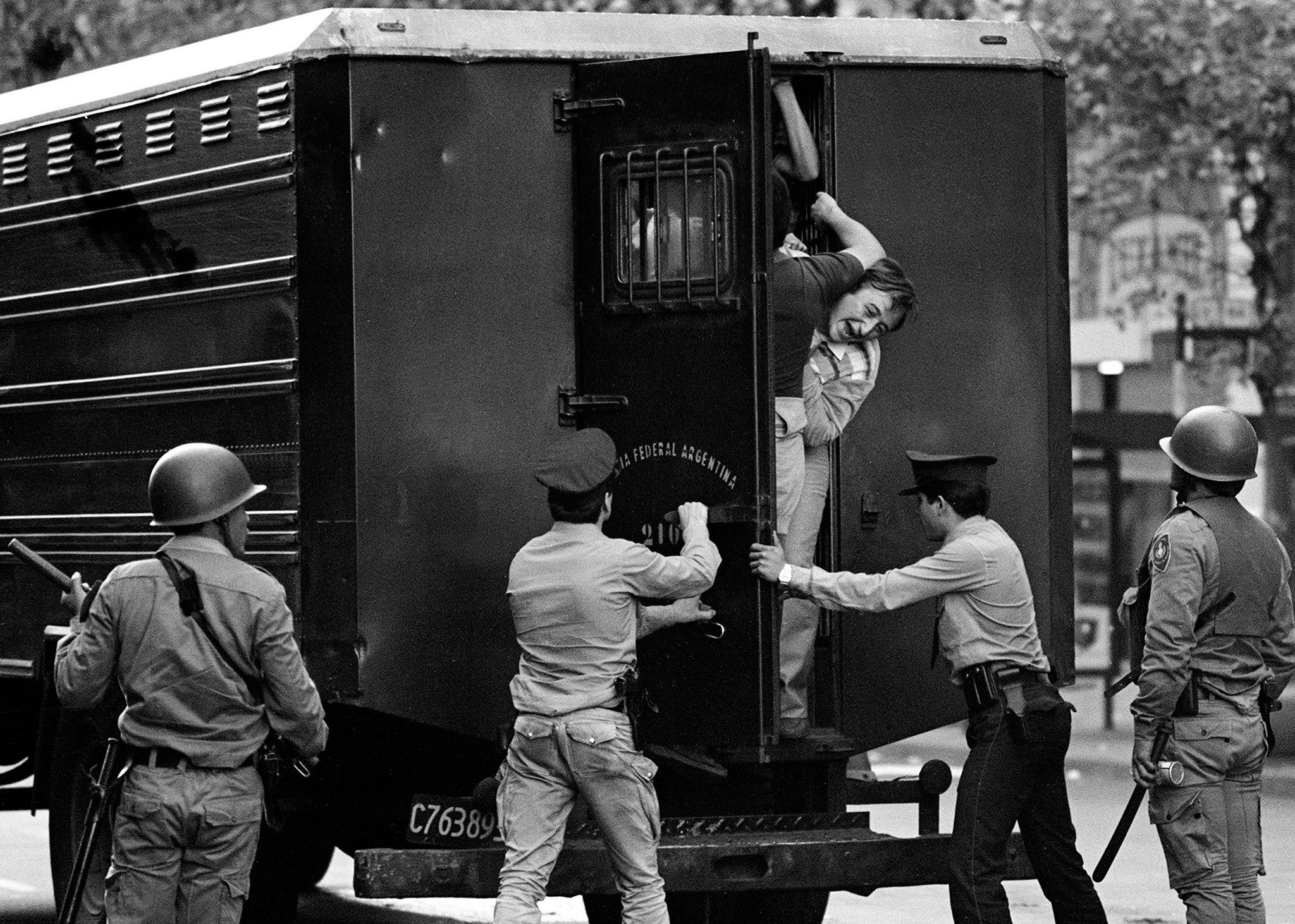 Argentine police arrest protesters marching against the military dictatorship in Buenos Aires, March 30, 1982 (AFP Photo/Daniel Garcia)