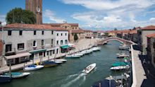 Veneza inova e promove cinema drive-in em barcos