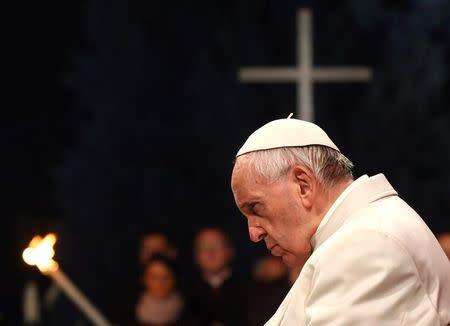El Papa habla de vergüenza para la humanidad en la oración de Viernes Santo