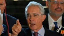 Uribe sugiere a los militares venezolanos intervenir para superar la crisis