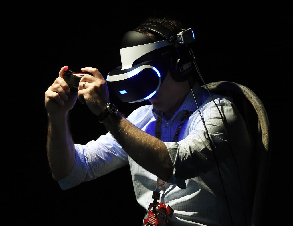 A gamer tests a new virtual reality game headset at the Electronic Entertainment Expo in Los Angeles, California (AFP Photo/Mark Ralston)