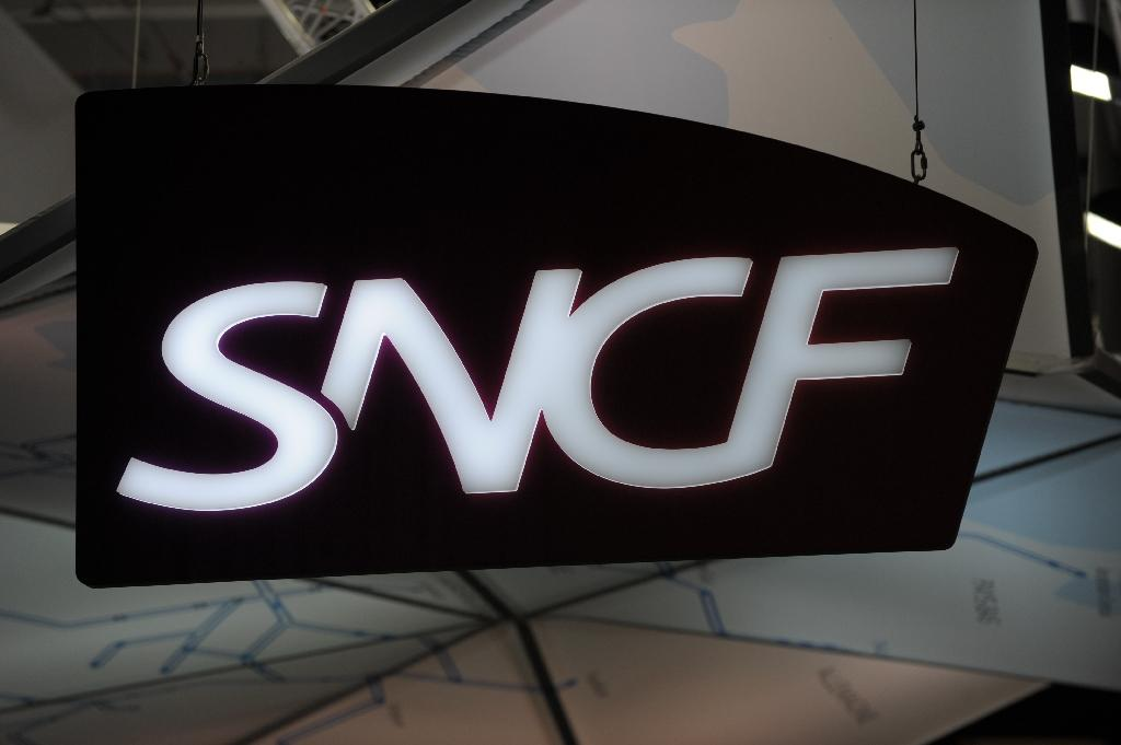 Software that monitors suspicious behaviour and luggage could eventually be integrated into 40,000 surveillance cameras across France, SNCF railway firm says