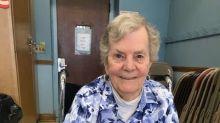 Gatinho cego conforta idosos em hospitais