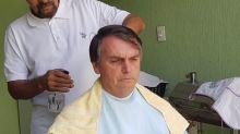 Bolsonaro faz comício virtual enquanto corta o cabelo