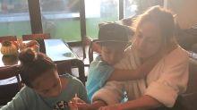 Jennifer López se muestra como una mamá más y le ayuda a sus hijos a hacer las tareas