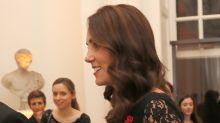 Kate Middleton luce majestuosa su incipiente pancita de embarazada en vestido de encaje