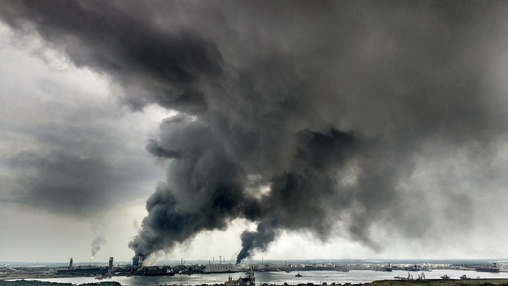 Huge plumes of toxic smoke billow from the plant known as Pajaritos in the city of Coatzacoalcos, southern Mexico on April 20, 2016 (AFP Photo/Ignacio Carvajal)