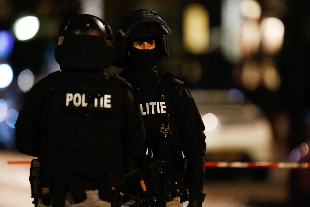 Rotterdam police have arrested a man found with a loaded AK-47 Kalashnikov and illegal fireworks