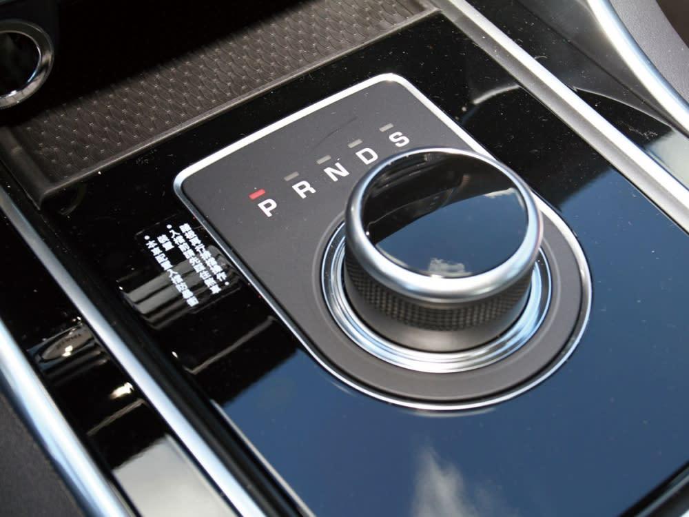 使用旋鈕式排檔桿,令車艙中的豪華品味遽增。