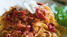 Cuando él come pasta con tomate pasa esto (en tu caso no, lo siento)