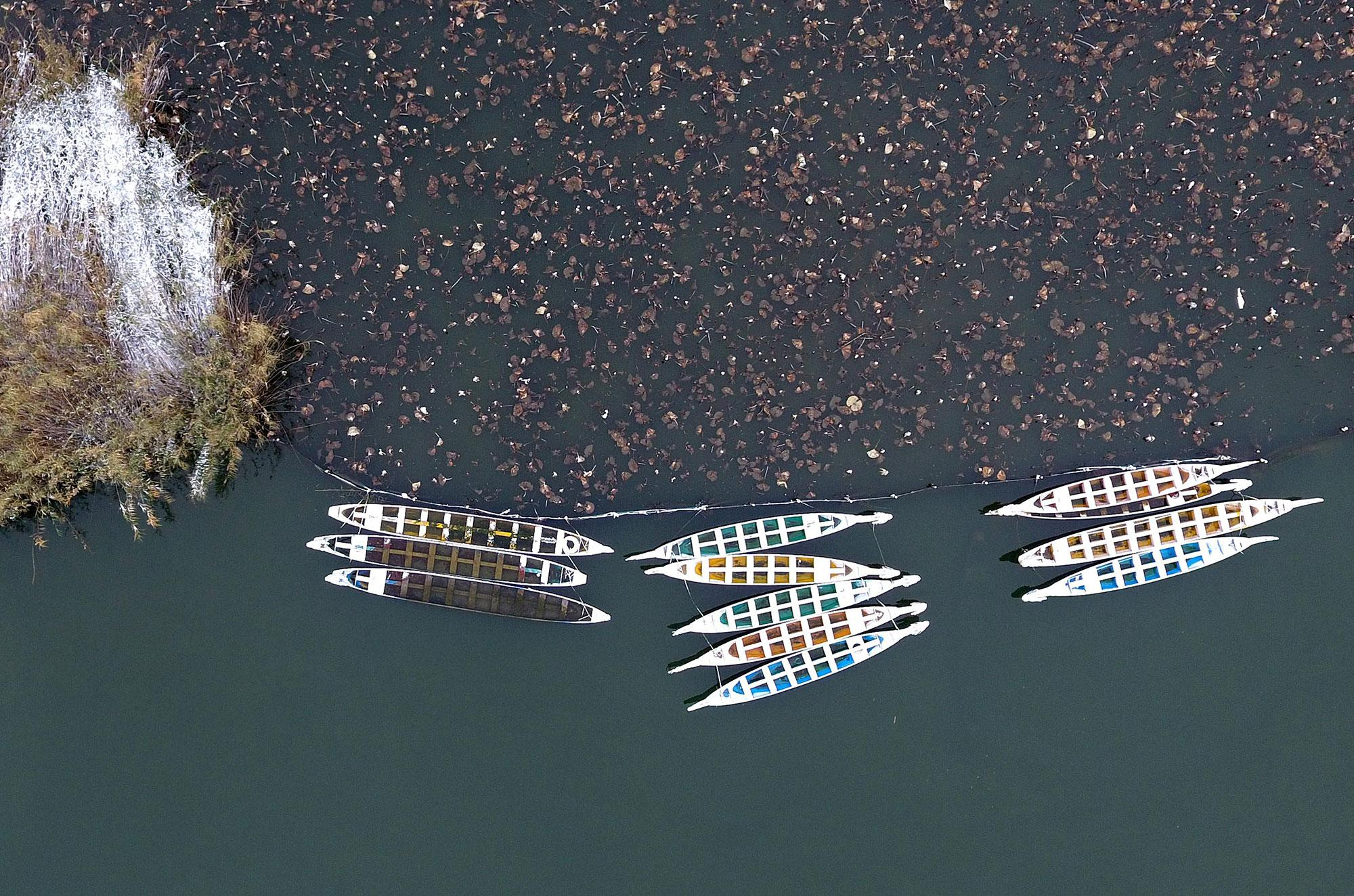 <p>Boats are seen on the Daming Lake after a light snow in Jinan, capital of east China's Shandong Province on Nov. 22, 2016. (Xu Suhui/Xinhua via ZUMA Wire) </p>