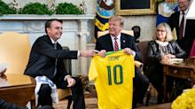 Trump anuncia taxação de metais brasileiros e Bolsonaro diz que ligará para ele 'se for o caso'