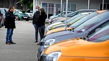 """""""Beaucoup de clients se sont décidés à la fin du mois"""" : dans les concessions automobiles, les clients se sont pressés avant la baisse de la prime à la conversion"""