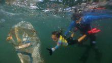 FOTOS I La niña famosa de 4 años que limpia la basura del mar