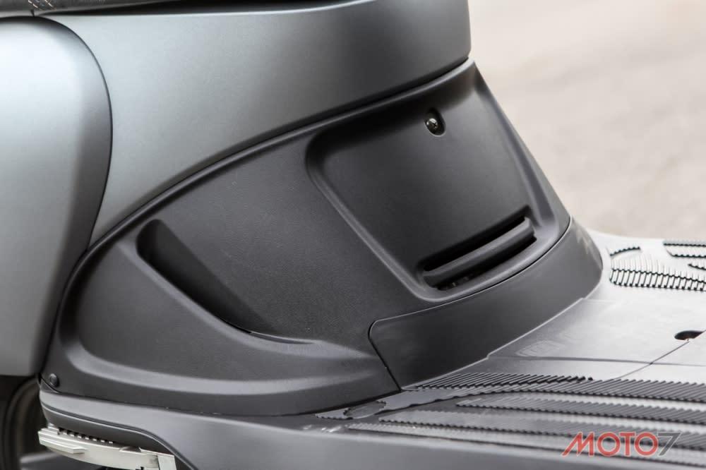 胸蓋設有通風孔幫助引擎散熱。