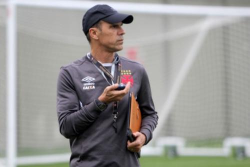 Milton Mendes testa Vasco com três zagueiros para jogo contra o Bahia