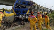 快新聞/聯結車撞上台鐵列車 新左營站雙線不通