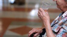 """""""Je bois de l'eau pour leur faire plaisir"""": les résidents des Ehpad particulièrement surveillés pendant la canicule"""