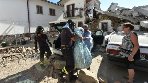 Pope mulls Italy quake visit as survivors dig in