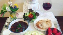 Gato faz sucesso na internet posando como chef de cozinha