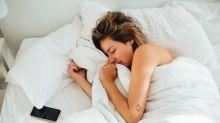 Dormir ao lado do celular causa insônia?