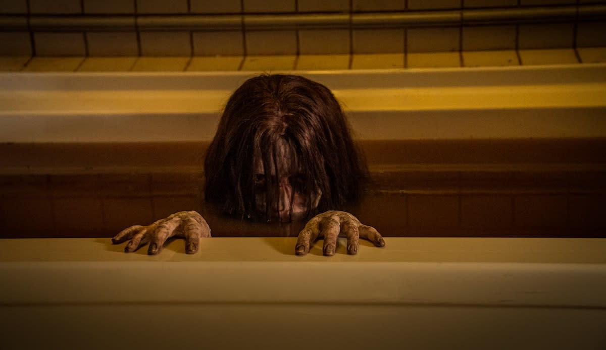 改編清水崇的經典鬼《怨咒》,2020-02-27上映:不是咒怨,是怨咒!不是咒怨,是怨咒!不是咒怨,是怨咒!很重要所以要講三次。由山姆雷米監製,電影請到以黑白風格打造非一般恐怖電影,從此一鳴驚人的《寂寞的豢養》導演尼可拉斯佩斯,將日本鬼片之父清水崇的經典作品《咒怨》以全新面貌重返大銀幕。究竟這部片名倒裝的《怨咒》,是否真能如片名一般帶來完全翻轉的恐怖經歷呢?就讓我們拭目以待。(圖:索尼)