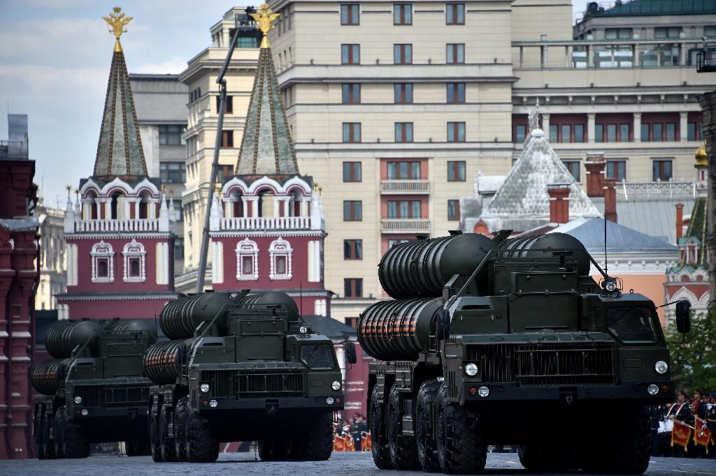"""Russian S-400 air defence missile systems have been bought by India, and contracts are being """"implemented"""" with China and Turkey, Rostec CEO Sergei Chemezov says (AFP Photo/KIRILL KUDRYAVTSEV)"""