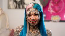 """Una mujer gasta 120 mil dólares en modificaciones corporales para transformarse en un """"dragón blanco de ojos azules"""""""