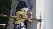 A 90 anni trasforma completamente il villaggio dipingendo le case dei vicini