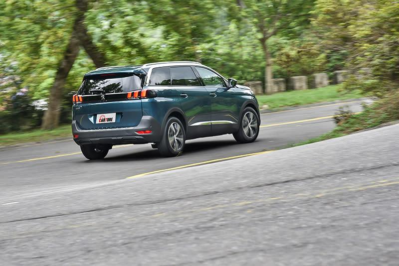 舉凡附主動煞車以及FCW前方車距警示功能的ACC主動式定速巡航以及LKA車道維持等主動駕駛輔助系統,都是位處第二級5008 1.6L BlueHDi Allure的標準配備。