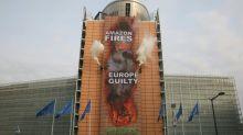 Faixa do Greenpeace na Comissão Europeia culpa UE por incêndios na Amazônia
