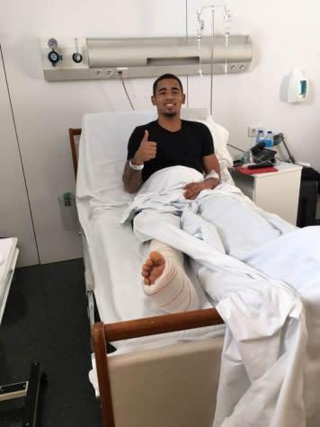 Gabriel Jesus deixa o hospital e vai se recuperar da cirurgia em Manchester