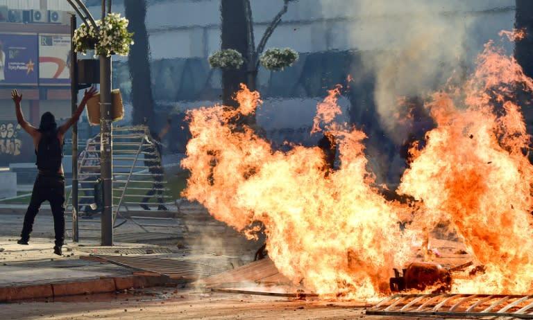 Protestors set fires outside the Vina del Mar music festival in Chile, Latin America's biggest (AFP Photo/MARTIN BERNETTI)