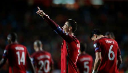 Cristiano Ronaldo de Portugal celebra un gol frente a Hungría.