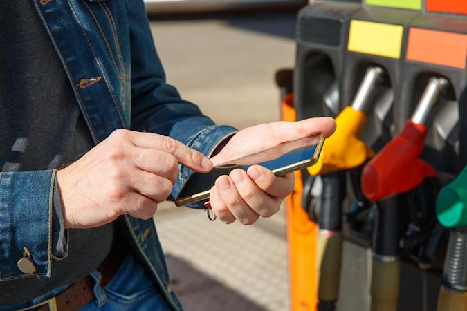 Refueling a car and paying using the application on a smartphone.