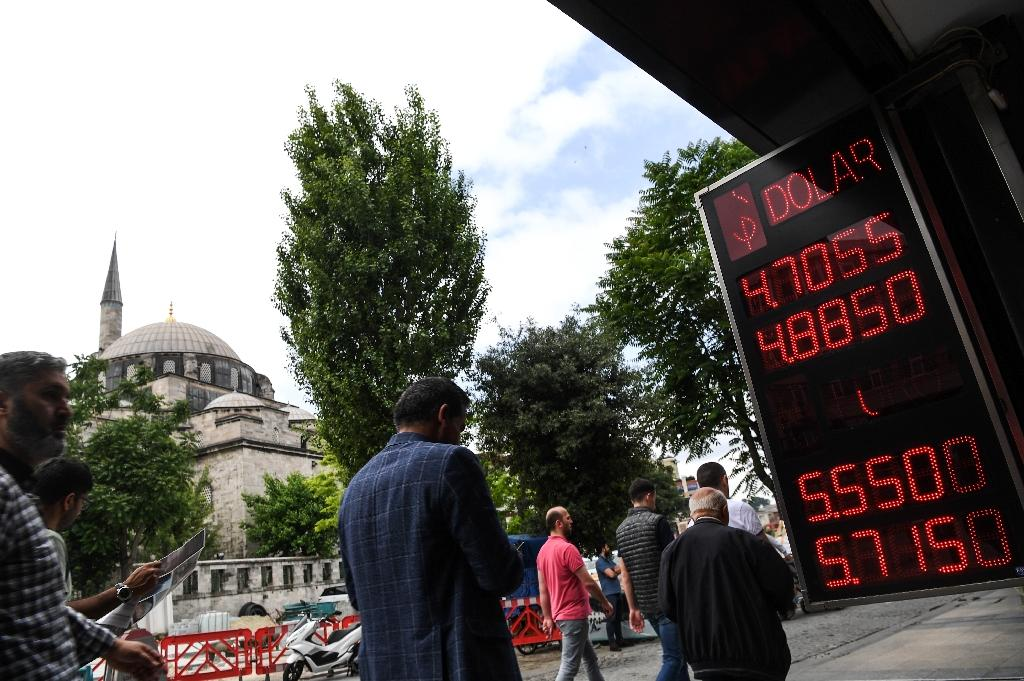The Turkish lira for the first time ever tested the 5.0 ceiling (AFP Photo/OZAN KOSE)