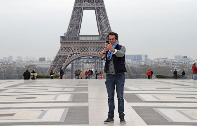 selfie paris eiffel tower