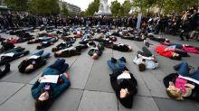 """""""Macron, il faut se réveiller !"""" : des personnes s'allongent sur le sol à Paris pour protester contre les féminicides"""