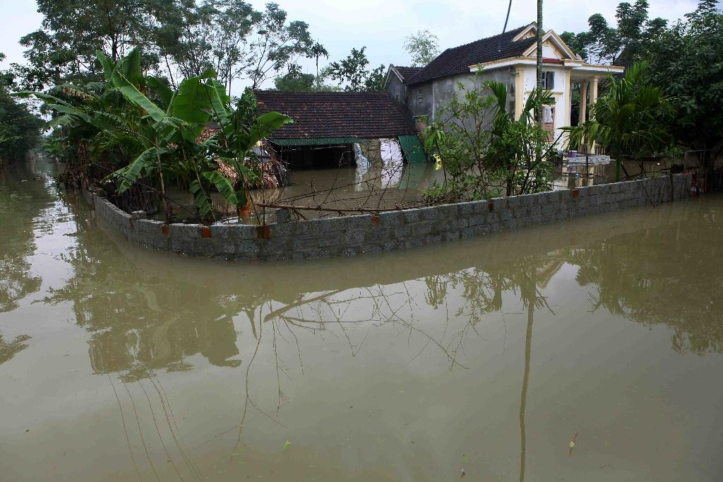 Flooded homes are seen in a village in central Vietnam's province of Quang Binh, on October 16, 2016 (AFP Photo/Vietnam News Agency)