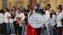 Gritan no olvidar en el Zócalo por los fallecidos de Tlatelolco