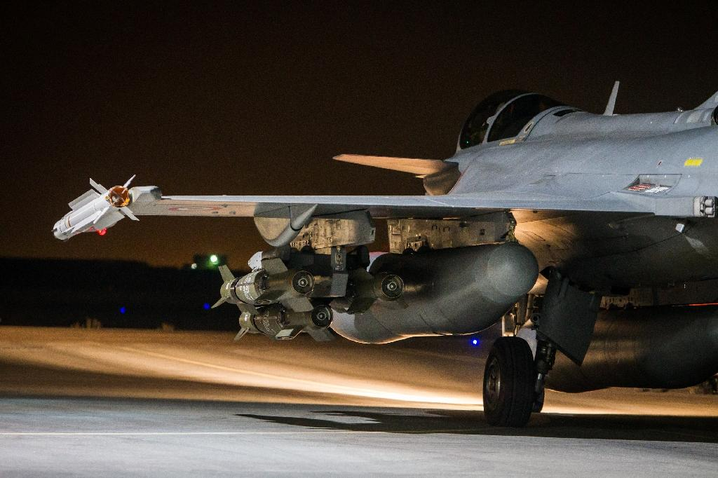 A French army Rafale fighter take off a base in the United Arab Emirates to bomb Raqa on November 17, 2015 (AFP Photo/-)