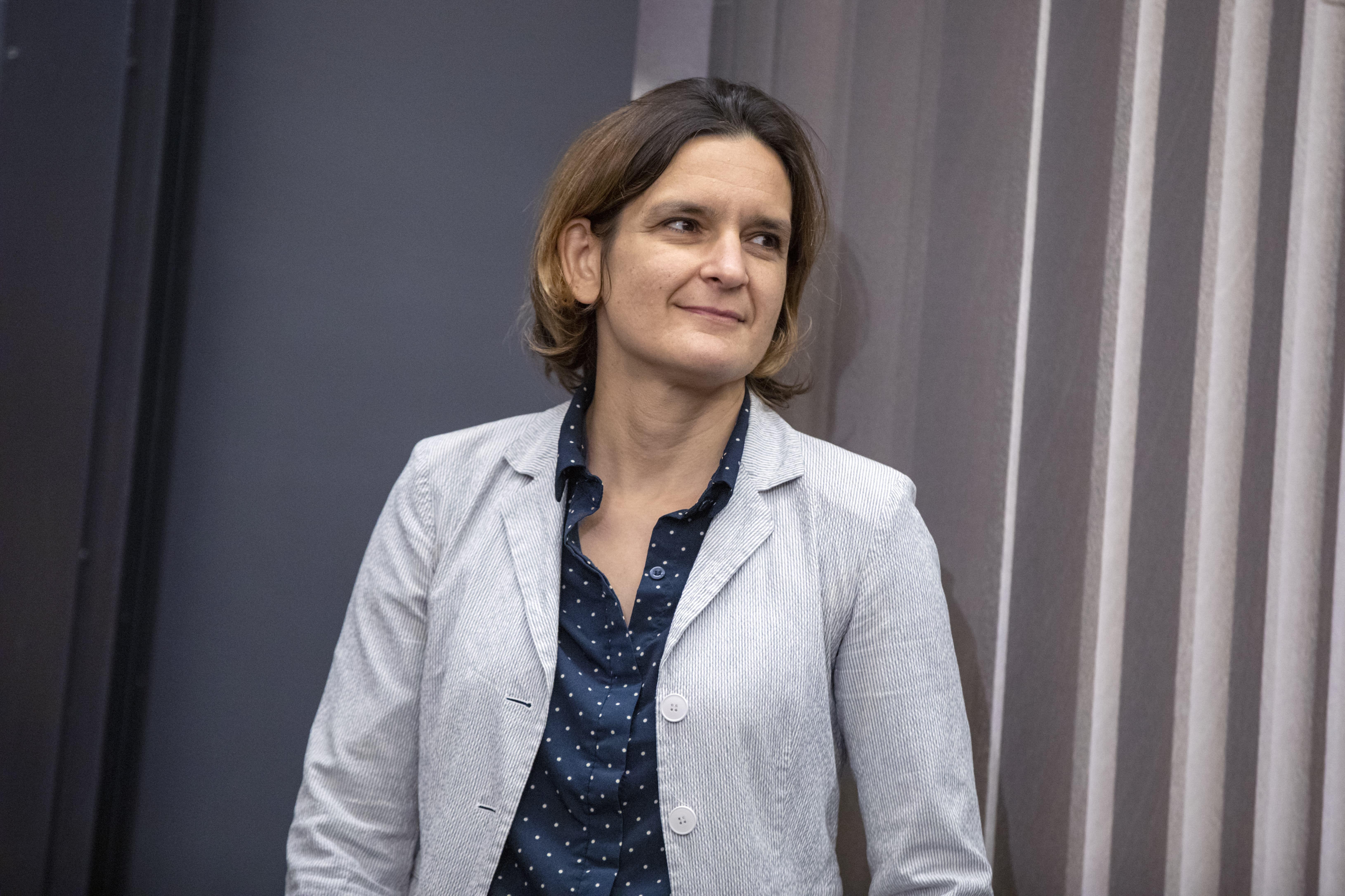 Aos 47 anos, Esther Duflo é a mais jovem mulher a ganhar o Nobel de Economia (Foto: AP Photo/Michael Dwyer)