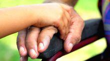Actos de amor… Así cuida a su padre parapléjico luego de que su madre los abandonó