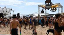 """""""Rave-party"""" en Lozère: les départs s'accélèrent, il reste encore 2500personnes sur le site"""