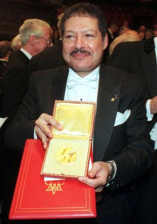 The 1999 winner of the Nobel Prize for Chemistry Ahmed Zewail shows his prize after the awarding ceremony in Stockholm December 10, 1999. REUTERS/Stringer/File photo