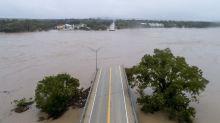 Texas: Inundaciones destruyen puente y obligan evacuaciones